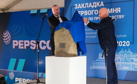 Andrei Travnikov, Governor of the Novosibirsk Region (left) and Neil Sturrock, President of PepsiCo Russia, Belarus, Ukraine, the Caucasus and Central Asia (right) unveil the first stone of Pepsico Russia's Novosibirsk plant.